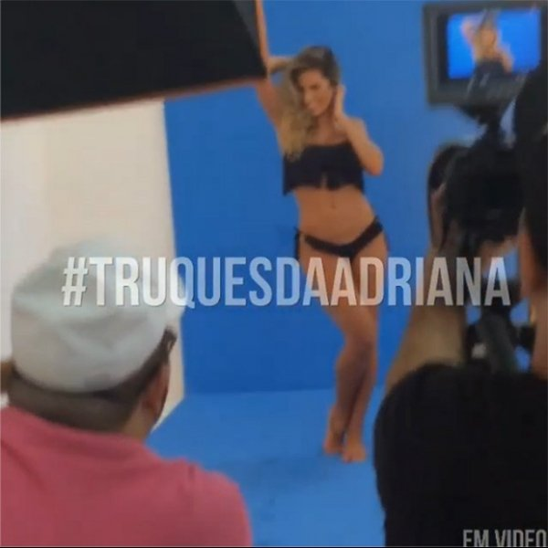 De bíquini, ex-BBB Adriana ensina como aparecer magra em fotos