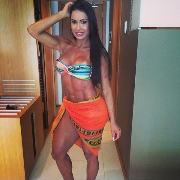 Gracyanne Barbosa posa de biquíni em Aracajú