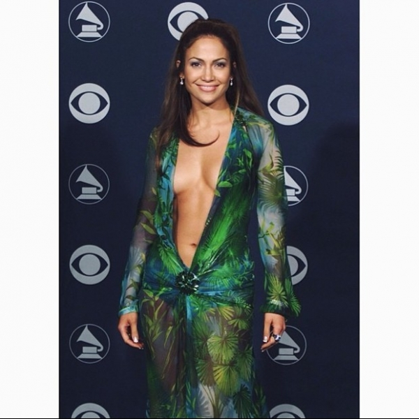 Jennifer Lopez posta foto com superdecote e recebe elogios dos fãs