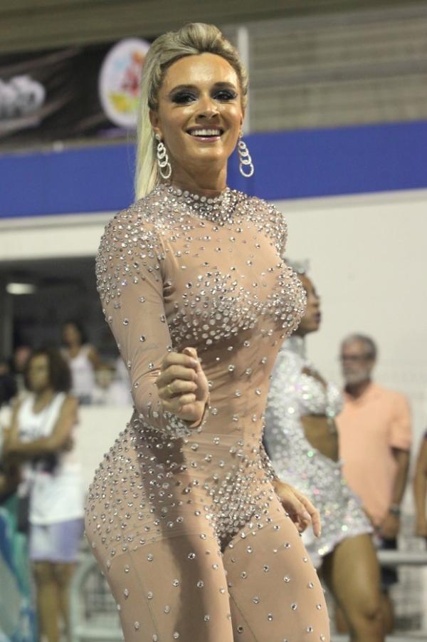 Juju Salimeni exibe curvas com macacão nude e coladinho