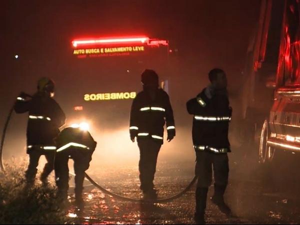 Trio elétrico pega fogo e jovem morre após colisão com fio de poste na PB