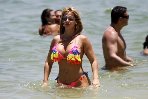 Uau! Denise Rocha curte praia do Rio com biquíni de franjinha
