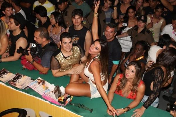 Anitta usa vestido rendado e transparente em show em Brasília