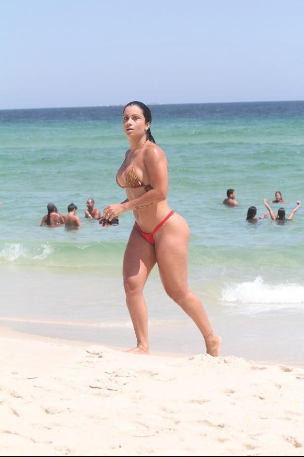 Com bíquini fio-dental, Dani Sperle curte praia no Rio
