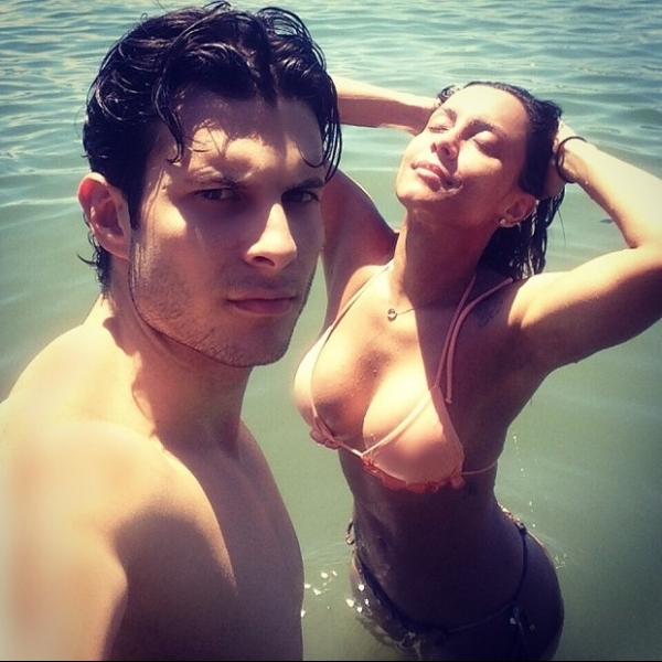 De bíquini, ex-BBB Lia Khey sensualiza em foto com namorado