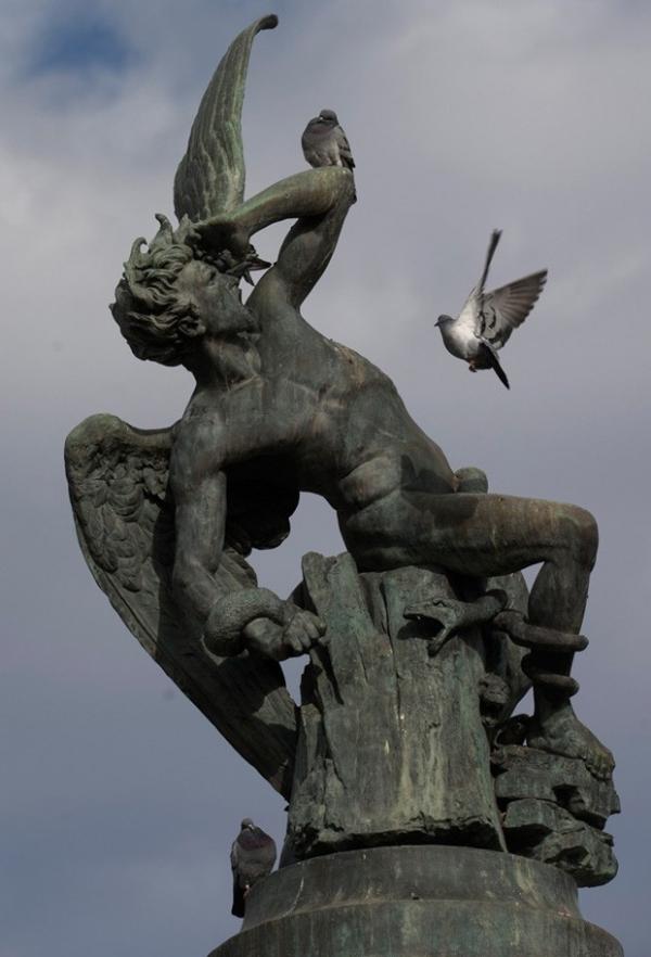 Estátua de Lúcifer parece ser