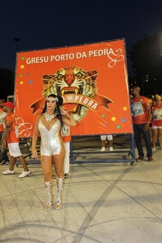 Solange Gomes usa vestido ousado em desfile técnico na Sapucaí