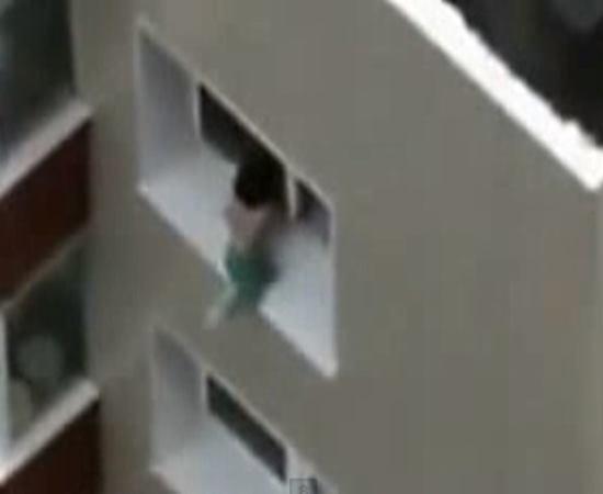 V冝eo mostra momento onde crian軋 de  brinca em uma janela do 8ー andar