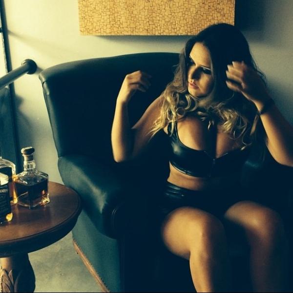 Apontada como affair de Neymar, Laryssa Oliveira faz ensaio sensual