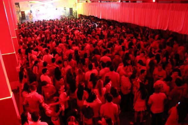 Baile 天ermelho e branco abre pr騅ias do Iate Clube que fica lotado em Teresina