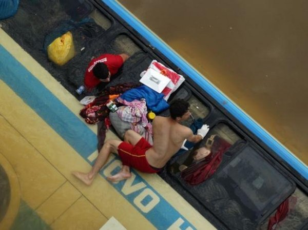 Corpo de mulher morta ap ibus cair de ponte  encontrado