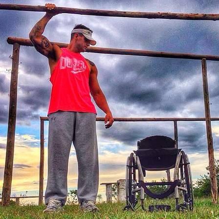 Ex-BBB Fernando Fernandes fica em pé após cinco anos em cadeira de rodas