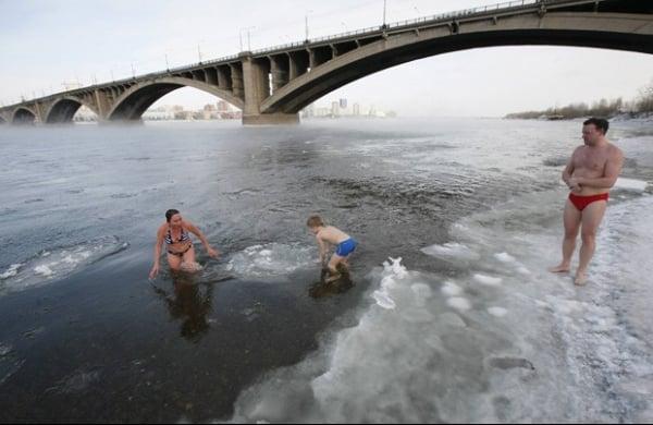 Grupo enfrenta o frio ao nadar em águas a -24ºC em rio na Rússia