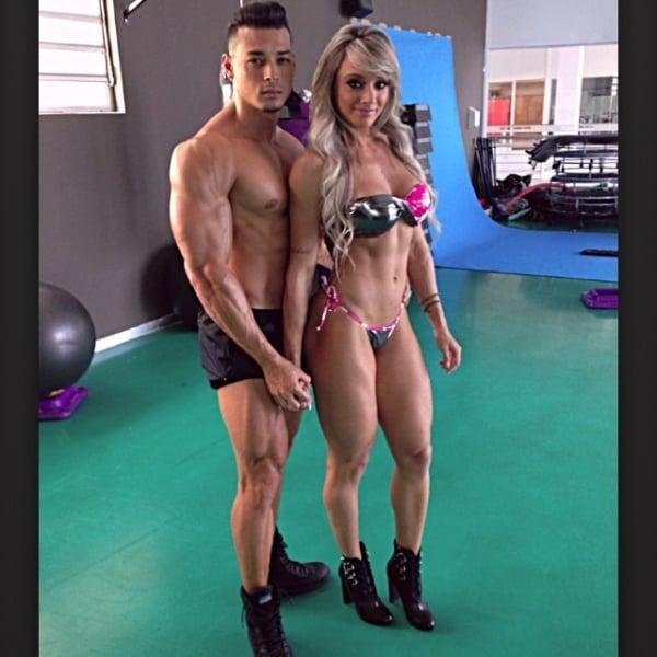 Juju Salimeni fotografa ao lado do namorado musculoso