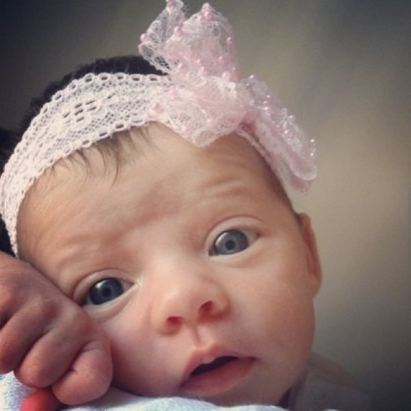 Namorada de Henri Castelli posta foto fofa da filha: