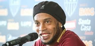Ronaldinho Gaúcho ataca de cantor e grava clipe com músico baiano