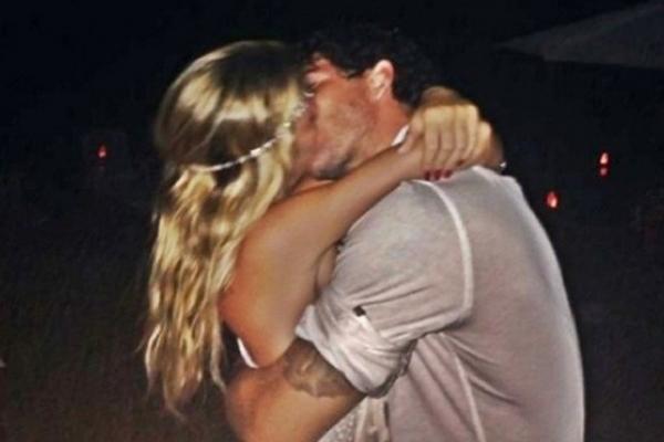 Alexandre Pato aparece beijando a namorada em foto