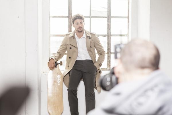 Cauã Reymond posa sorridente em ensaio para marca e ousa com skate