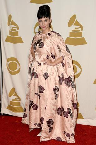 Katy Perry exagera com vestido que parece feito de cortina
