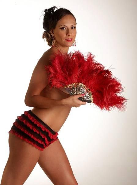 Ex-BBB DJ, Analy faz topless em ensaio sensual e diz que posaria nua pela primeira vez aos 36 anos: ?Me sinto mais bonita?