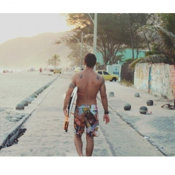Juliano Cazarr exibe costas musculosas ap manh de surfe