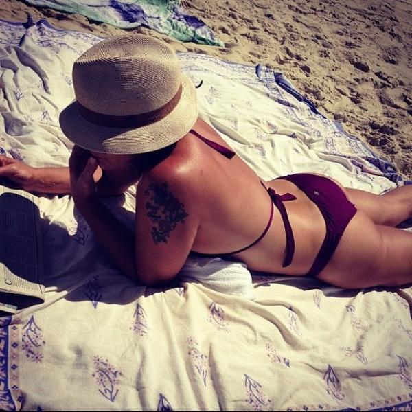 Luiza Brunet exibe boa forma em dia de praia com a filha