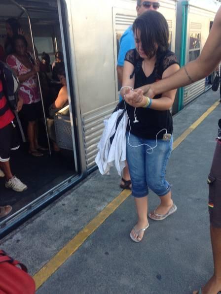 Portas de trem da SuperVia se fecham durante embarque; passageira fica com a mão presa