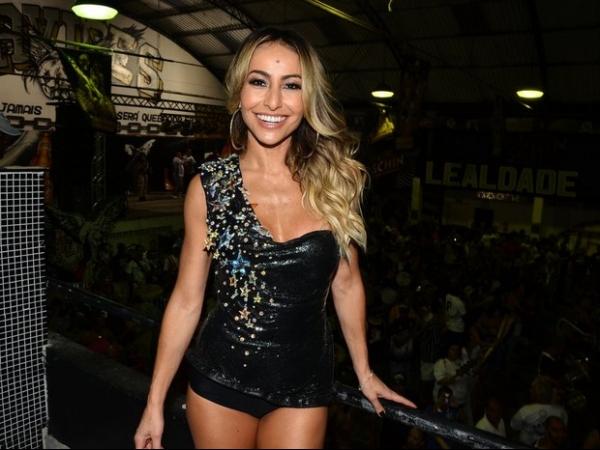 Sabrina Sato usa look curtinho em ensaio para o carnaval