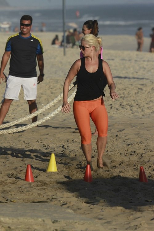 Samara Felippo e Camila Rodrigues fazem treino funcional em praia