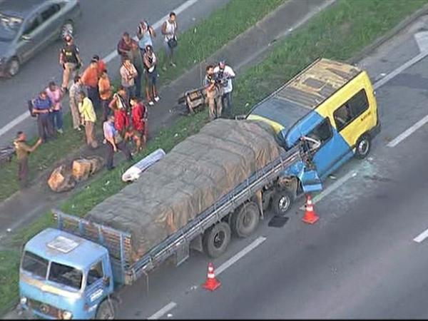 Acidente deixa mortos e feridos na Via Dutra, no Rio