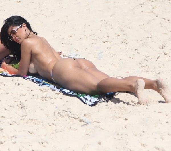 Camila Vernaglia desamarra o biquíni em praia carioca