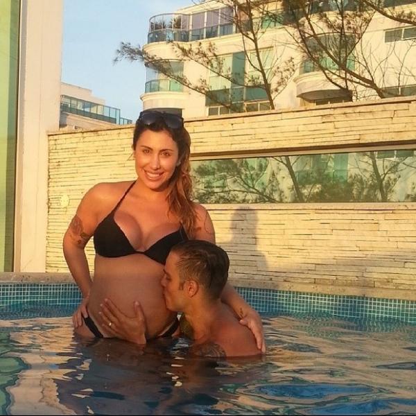 Grávida, Jaque Khury ganha beijinho na barriga do marido