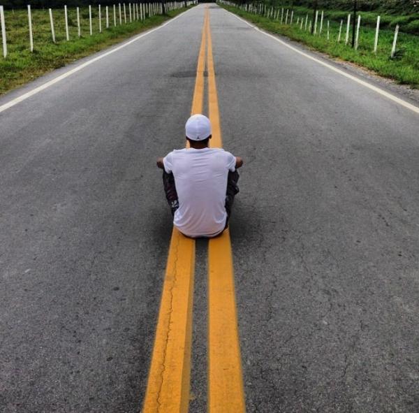 Sentado em estrada, Neymar filosofa em rede social:
