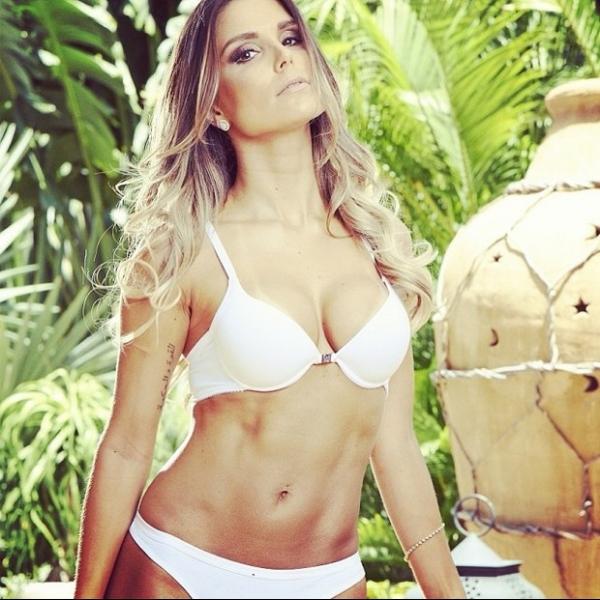Flávia Viana faz carão e posa de lingerie para campanha