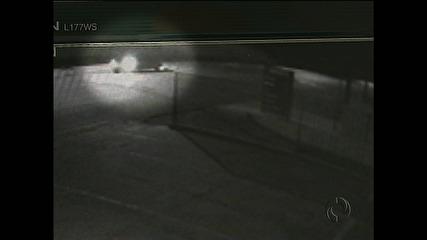 Mãe tenta soltar o filho da cadeirinha em assalto e é arrastada pelo próprio carro