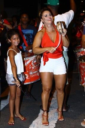 Viviane Araújo toca tamborim em ensaio de rua do Salgueiro