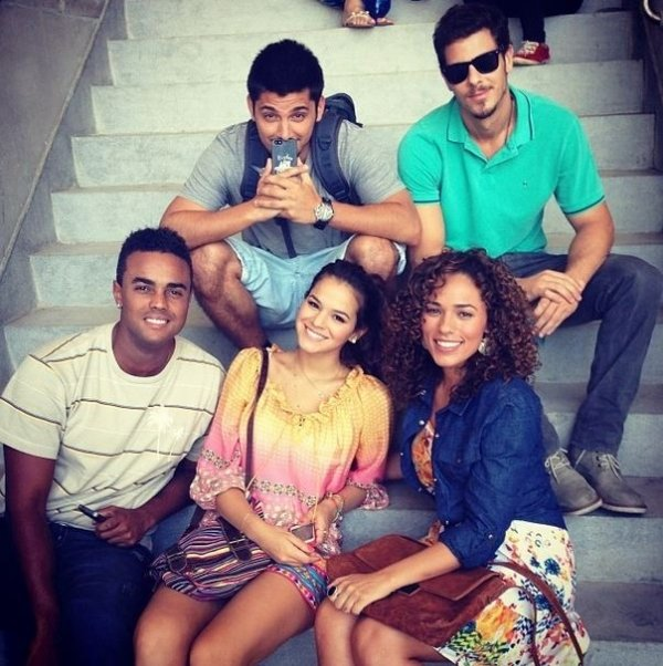 Bruna Marquezine posa com colegas de elenco de nova trama das nove