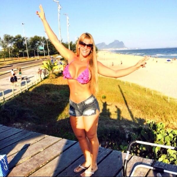 Denise Rocha mostra boa forma em dia de praia com seus fãs