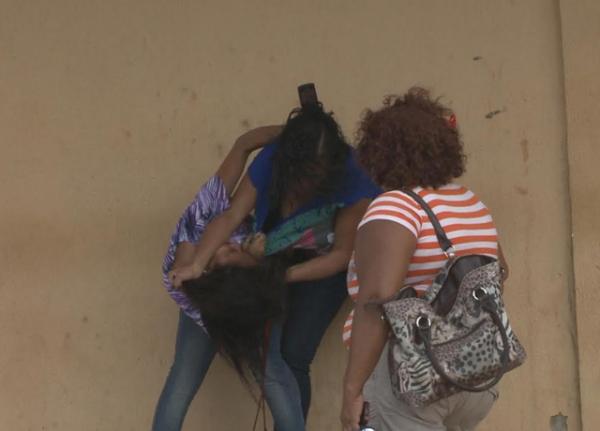 Duas mulheres brigam em frente Complexo Penitenciário de Pedrinhas por causa de detento