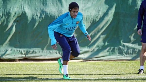 Neymar treina no campo e pode voltar a jogar antes do previsto inicialmente