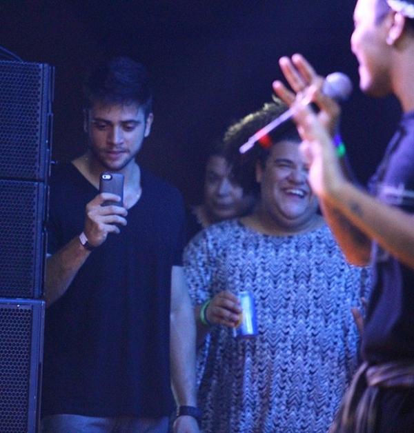 Preta Gil dá selinho em fã no palco e namorado vê tudo