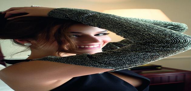 Bruna Marquezine posa sensual para revista em clima de filme