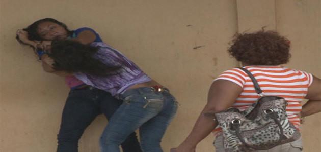 Duas mulheres brigam em frente ao Complexo Penitenciário de Pedrinhas por causa de detento