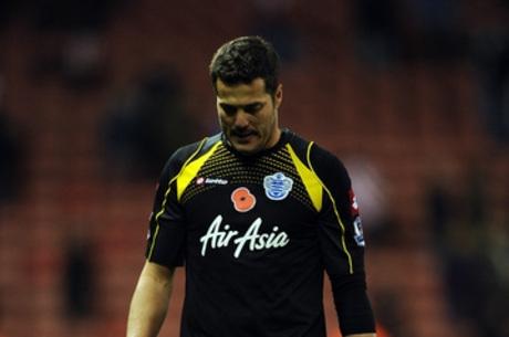 Após nove meses afastado, goleiro Júlio César volta ao QPR, faz lambança e leva quatro gols