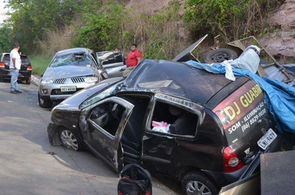 Dois carros capotam em acidente na BR 343, em Altos