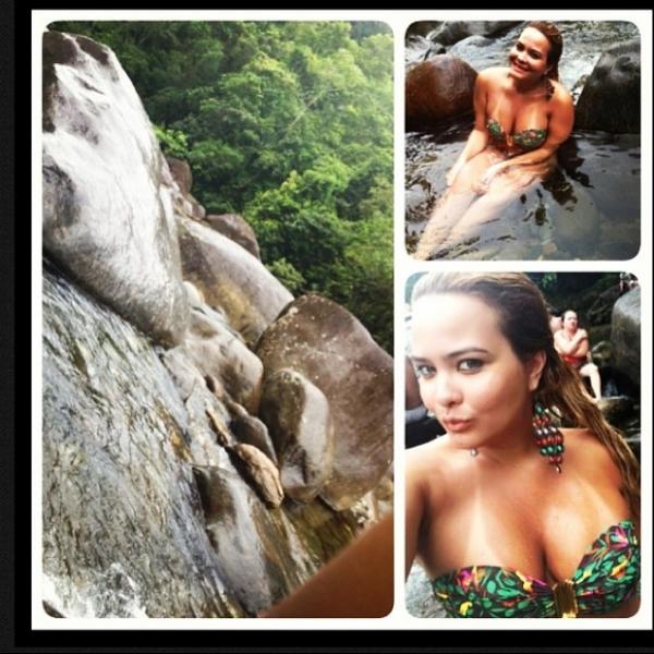 Geisy Arruda curte cachoeira: