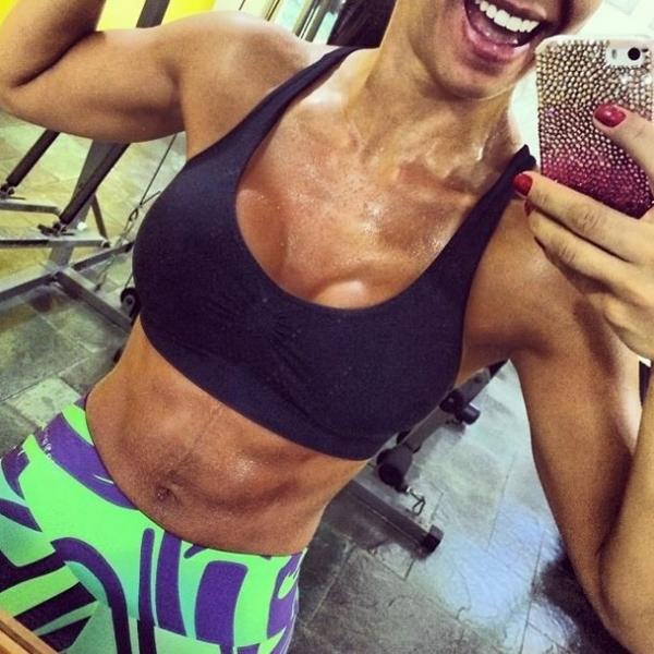 Graciella Carvalho exibe barriga sarada e peluda em rede social