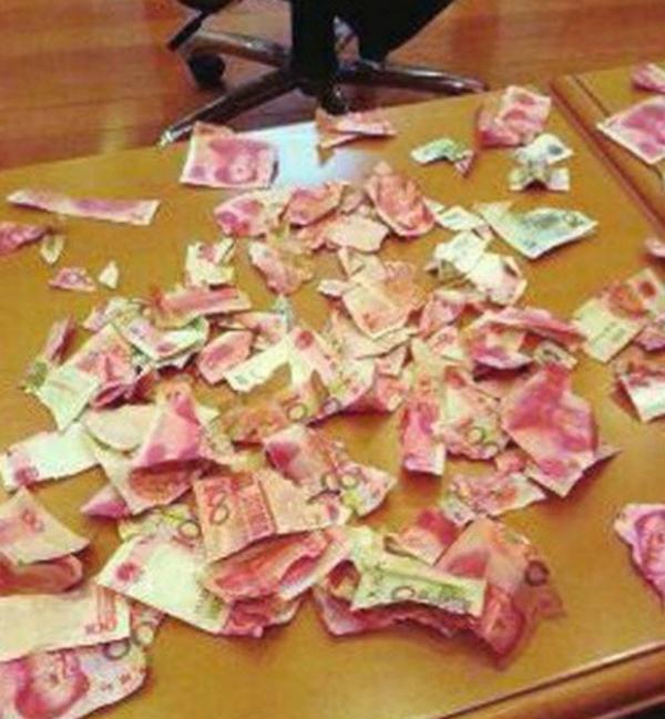 Menino de 4 anos rasga dinheiro que pais guardavam debaixo da cama