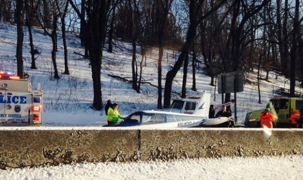Avião de pequeno porte faz pouso de emergência em rodovia em NY