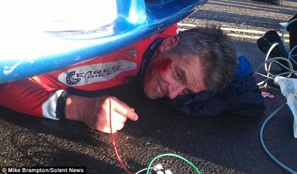 Ciclista sobrevive a atropelamento e sorri preso debaixo de um carro
